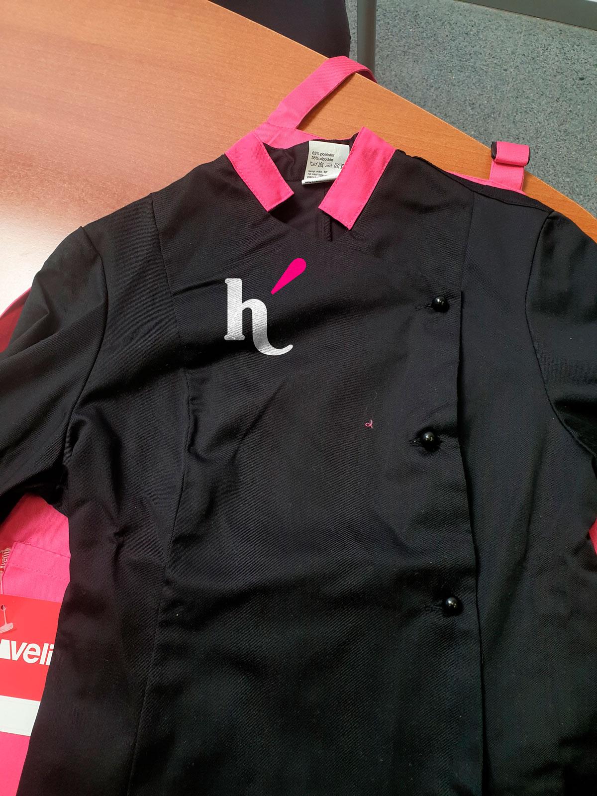 Montaje fotográfico de logo en ropa de trabajo